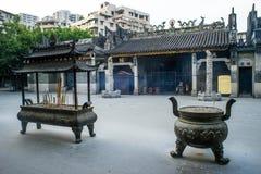 Hornillas de incienso delante del templo de Renwei Imagenes de archivo