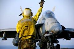 Hornisse F-18 und Seeleute Stockfotos