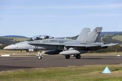 HornissenDüsenflugzeug A21-112 der königlicher Australier-Luftwaffen-RAAF McDonnell Douglas F/A-18B an regionalem Flughafen Illaw Lizenzfreie Stockfotografie