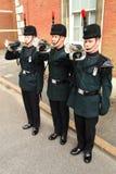 Hornisten der Gewehre klingen den letzten Beitrag an einer Militärparade Lizenzfreies Stockbild
