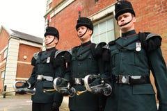 Hornisten der Gewehre stehen entspannt an einer Militärparade Lizenzfreie Stockbilder