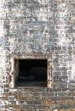 Horno abandonado de la fábrica y pared de ladrillo resistida Fotos de archivo libres de regalías