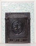 Horno antiguo del arrabio y pared embaldosada Imagenes de archivo