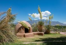 Horno Clay Oven con le fioriture e le montagne dell'yucca immagine stock