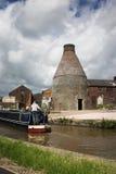 Horno de la botella de Canalside - Inglaterra industrial vieja Imagenes de archivo