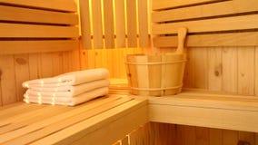 Horno de la sauna con las piedras y los accesorios calientes almacen de metraje de vídeo