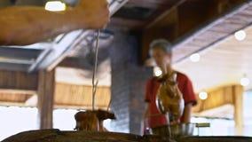 Horno de ladrillos taiwanés y pollo asado en horno enorme de la arcilla Comida de Taiwán metrajes