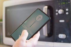 Horno de microondas de conexión con el teléfono elegante imágenes de archivo libres de regalías