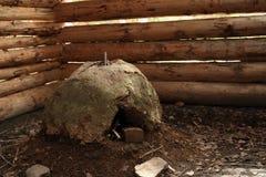 Horno del fango dentro de la casa de la choza del registro en museo al aire libre Fotos de archivo libres de regalías
