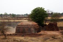 horno del ladrillo en la orilla de la charca entre campos de granja foto de archivo