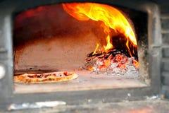 Horno encendido madera de la pizza Imagenes de archivo