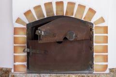 Horno encendido madera en un chalet del campo Imagen de archivo