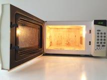 Horno microondas sucio Imagenes de archivo