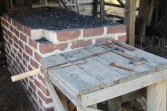 Horno pasado de moda del herrero y herramientas oxidadas del metal Foto de archivo