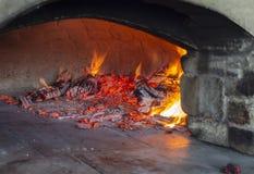 Horno que cuece de la piedra con el fuego vivo foto de archivo