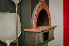 Horno tradicional de la pizza en un restaurante italiano Imagen de archivo