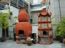 Hornos e incienso en el patio del templo de China Imágenes de archivo libres de regalías