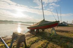 HORNSEA, UK - MASZERUJE 7TH 2019: Jachtu czekanie przy Hornsea Zwyczajnym obraz stock