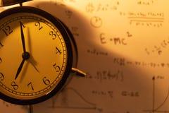 Horodateur avec le fond d'équations de maths photographie stock