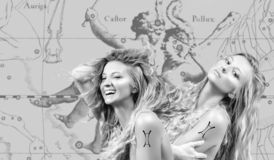 horoscope Gemini Zodiac Sign, bei Gemelli della donna sulla mappa dello zodiaco immagini stock