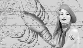horoscope Segno dello zodiaco del Cancro, bello Cancro della donna sulla mappa dello zodiaco fotografia stock libera da diritti