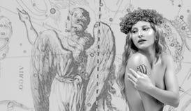 horoscope Segno dello zodiaco del Vergine, bello Vergine della donna sulla mappa dello zodiaco immagine stock libera da diritti