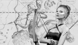 horoscope Segno dello zodiaco di Sagittario, bello Sagittario della donna sulla mappa dello zodiaco immagine stock