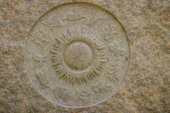 Horoskophjuldiagram som göras från marmorstenen Forntida stenzodi Arkivfoton