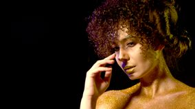 Horoskopkvinna med guld- pulverskönhetsmedel på kala skuldror stock video