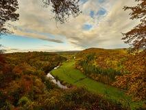 Horqueta del río en Autumn Colours Imagen de archivo libre de regalías