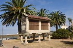 Horreo är en typisk byggnad i jordbruksmarker, Royaltyfria Bilder
