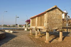 Horreo är en typisk byggnad i jordbruksmarker, Arkivbilder