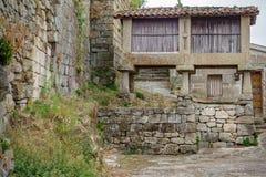 Horreo över stenarna, typisk spansk spannmålsmagasin Arkivbild