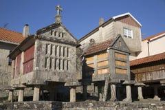 Horreo en traditionell konstruktion som ska hållas, skördade korn i nordliga Spanien Arkivfoton