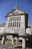 Horreo en traditionell konstruktion som ska hållas, skördade korn i nordliga Spanien Arkivfoto