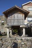 Horreo en traditionell konstruktion som ska hållas, skördade korn i nordliga Spanien Royaltyfri Foto