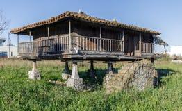 Horreo spannmålsmagasin, typisk Galicianhus Arkivbilder