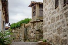 Horreo typisk spansk spannmålsmagasin i antik gata Royaltyfria Bilder