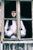 Horror-Dame am Fenster Stockfotografie