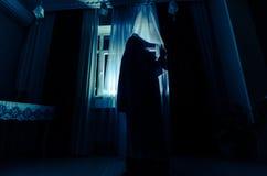 Horror kobieta w nadokiennej drewnianej ręka chwyta klatki sceny Halloween strasznym pojęciu Zamazywał sylwetkę czarownica Selekc Zdjęcia Royalty Free