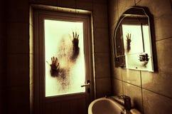 Horror kobieta w nadokiennej drewnianej ręka chwyta klatki sceny Halloween strasznym pojęciu Zamazywał sylwetkę czarownica Fotografia Royalty Free