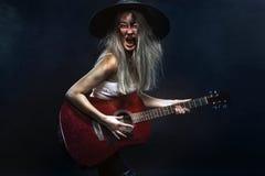 horror Músico inoperante, zombi assustador que joga na guitarra no Dia das Bruxas Imagem de Stock