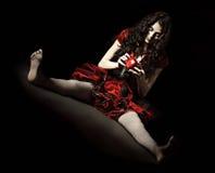 Horror strzelający: dziwaczna straszna kobieta trzyma jabłka nabija ćwiekami z gwoździami Zdjęcie Stock