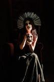 Horrorfoto: furchtsame junge Hexe hält den Schädel Stockbilder