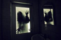 Horrorfrau in Griffkäfigs des Fensters Szenen-Halloween-Konzept des hölzernen Handfurchtsamem verwischte Schattenbild der Hexe Stockbild