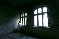 Horrorgeistmädchen in verlassenem Gebäude stockfotos
