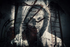 Horrorhintergrund, verlassene Dunkelkammer mit Geist Lizenzfreie Stockbilder