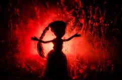 Horrorschattenbild des Mädchens hinter dem Mattglasblutfleck Undeutliche Hand und Körperzahl Abstraktion Hintergrund mit Feuer Lizenzfreies Stockbild