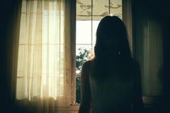 Horrorszene des weiblichen Schattenbildes lizenzfreie stockbilder