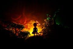 Horroru Halloween dekorujący konceptualny wizerunek Samotna dziewczyna z światłem w lesie przy nocą Sylwetka dziewczyny pozycja p Zdjęcia Royalty Free